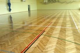 renowacja cyklinowanie podłogi sali gimastycznej, malowaie boisk, lakier połysk, motaż cokołów